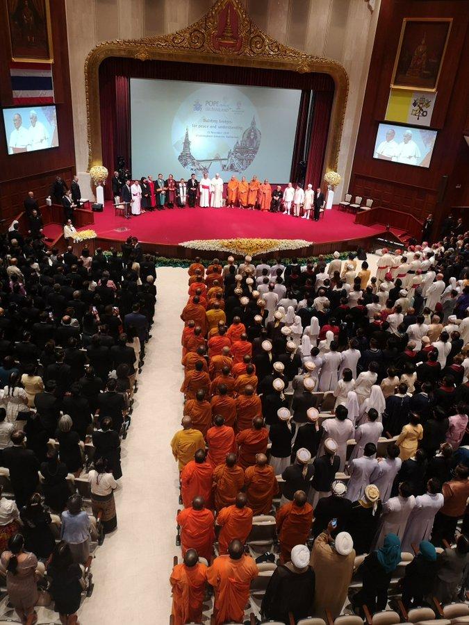 Representantes de todas las religiones escuchan al pontífice