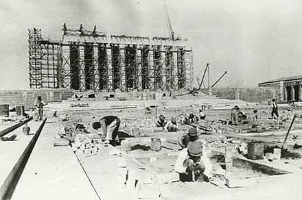 Anıtkabir Nasıl İnşa Edildi? Atatürk'ün naaşı 10 Kasım 1953'te daimi mozolesine, yani Anıtkabir'e taşındı. Bu anıt-binanın yapılacağı yer nasıl seçildi; mimari yarışmada neler oldu; mimarisindeki simgeler ne anlama geliyor? http://bianet.org/bianet/yasam/180585-anitkabir-nasil-insa-edildi…