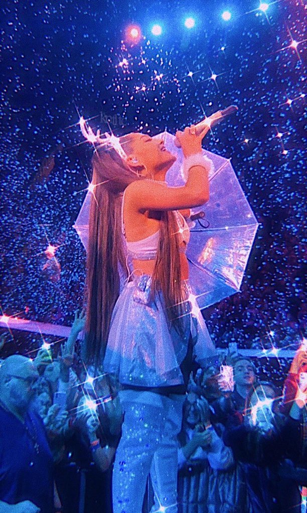Ariana Grande bringing the holiday spirit to her Sweetener tour <br>http://pic.twitter.com/q2xz65eaEK