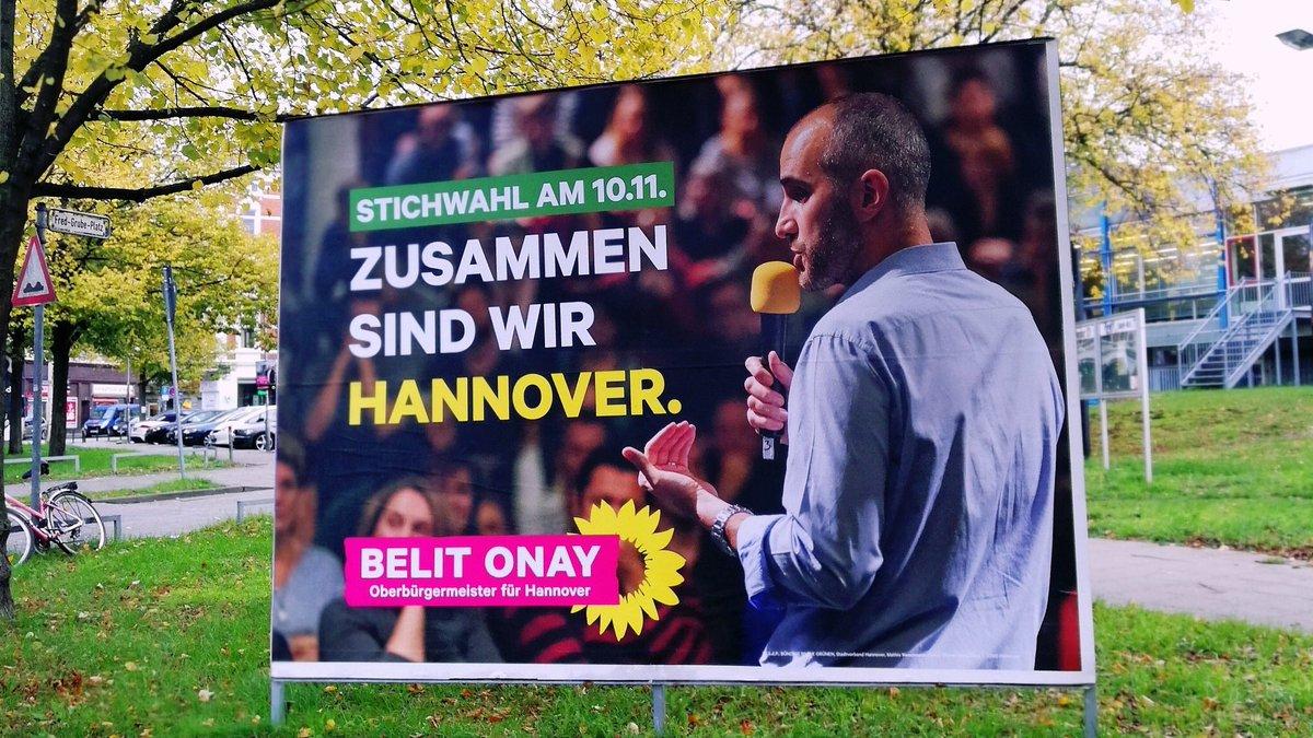 #Hannover: Um 12 Uhr lag die Wahlbeteiligung schon bei 20,5%. Schön. Für eine kommunale Stichwahl relativ viel. Das heißt auch: Es wird knapp werden und es kommt auf jede Stimme an. Wer noch nicht wählen war, Smartphone kurz weglegen und #WählenGehen. Meine Empfehlung: @BelitOnay