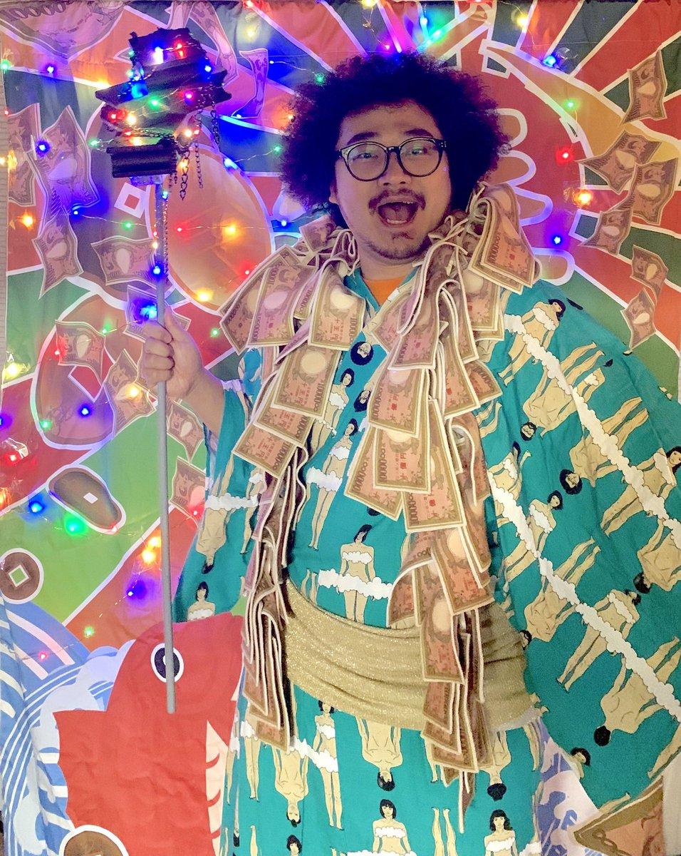 キャッシュレス時代の奇祭『仮想通貨奉納祭』に参加してきた。世界中からビットコインを奉納できるサーバー神輿や天狗ロボット、僕が右手に持ってるのはコンクリートブロックと鎖でできたブロックチェーン棒…!商店街のお祭りにハイテクを混ぜると、一気に異界の入り口になる。#仮想通貨奉納祭