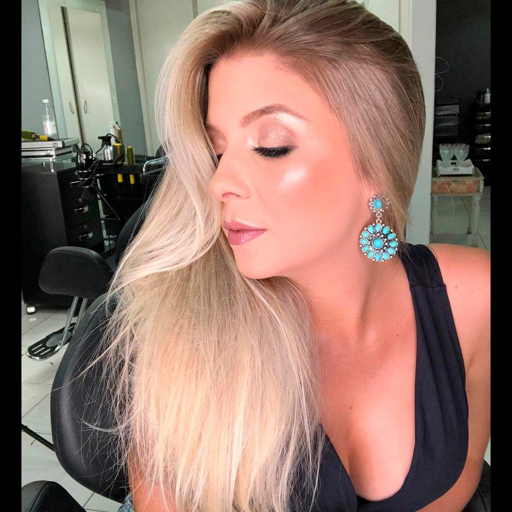 Domingo com D de Deslumbrante! 😍❣ . Por @rosicoelhoo . #viureinspira #meudnaviure #fds #finaldesemana #finaldesemanachegou #horaderelaxar #atelierblack #blond #loirosaudavel