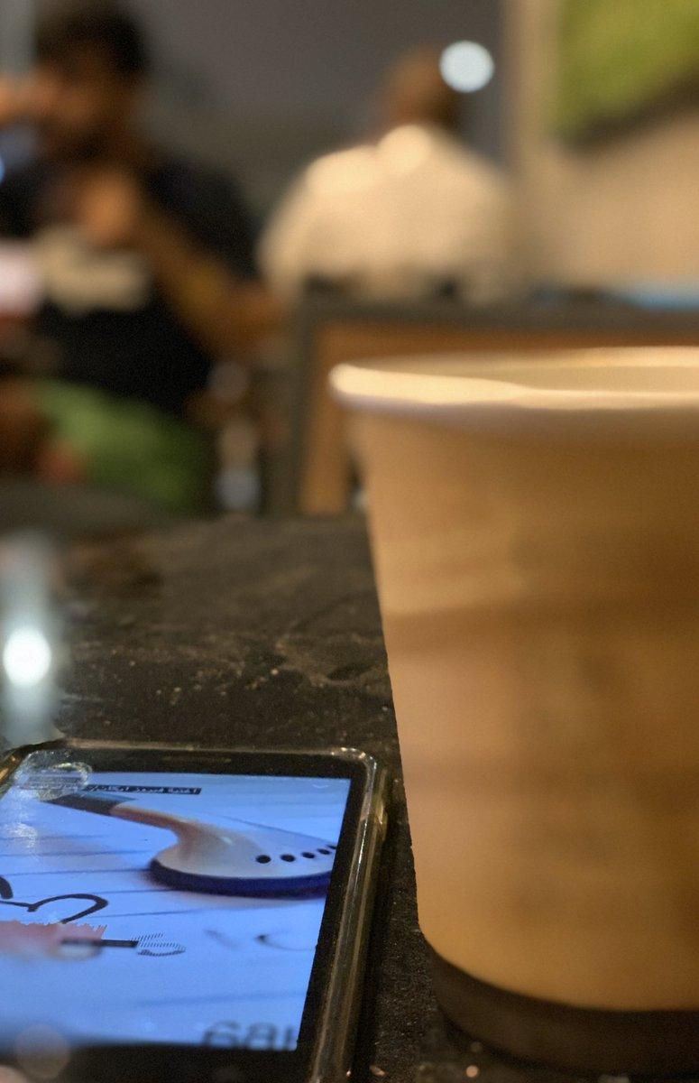 جالس اشرب قهوتي وتحت تأثير الموسيقى و الشخص اللي قدامي لا يسمع ولا يتكلم و انا اشوفه يسولف مع خويه و افكر قررت اسولف لكم عن اللي في قلبي..