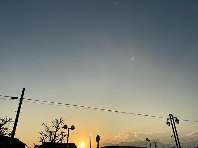寒くなる前に買い物しようと出たけと、もう寒くなってた 長袖のTシャツでも寒いな  #今日の陽はさようなら #夕陽 #夕日 #夕焼け #夕焼 #夕空 #sunset #太陽 #sun #イマソラ #いまそら #ノンフィルター #ノーフィルター #空 #そら #sky #電線 #electricwire #electricwires