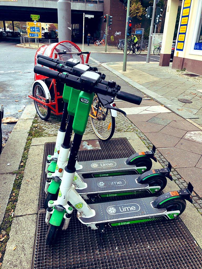 ベルリンで電動キックボードシェア「Lime」にチャレンジしてみた🛴📱アプリで近くのキックボードを探す📷ハンドル下のQRコードをスキャン🔓ロック解除、走る!👌目的地に乗り捨てOK初めにキック1回→あとは電動でスイスイ💨運転も楽々😆日本でも福岡で実証実験が行われたらしい👀(さのまる)