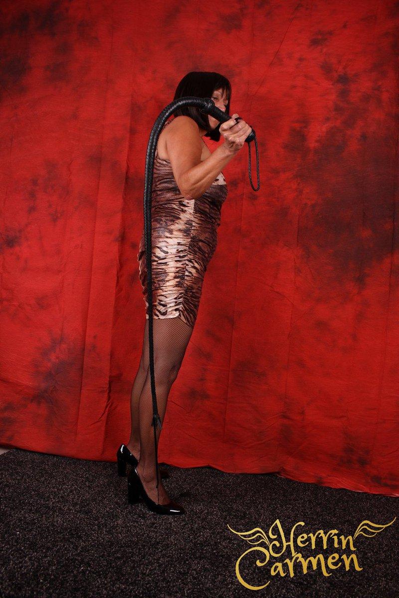 Deine einzige Aufgabe, heute und während der Rest der Woche, ist es, Deiner Mistress kompromisslos zu Füßen zu knien! #mature #milf #bullwhip #nylons #pumps #bob #kurzehaare #worship #mistress #femdom #dominatrix #dommepic.twitter.com/MqneFNlaTG