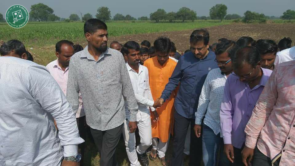 While the BJP-ShivSena are playing a game of musical chair, the agrarian crisis has become bad to worse in the drought-hit Marathwada region. Our MP @imtiaz_jaleel met farmers of his constituency today and assured them that their issues will be raised by AIMIM in the Parliament.