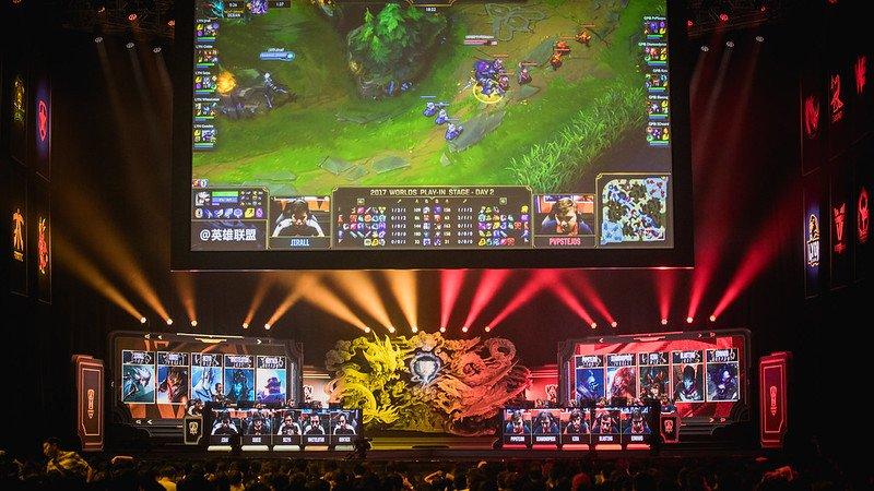 Cest une grande première ! 🇨🇳 La Chine devient le premier pays du monde à imposer un couvre-feu aux mineurs pour les jeux vidéo : ⏺️ Pas plus de 90 min de jeux en semaine (3 h le week-end) ⏺️ Pas de jeux entre 22 h et 8 h ⏺️ Pas plus de 36 € de dépenses par mois sur les jeux
