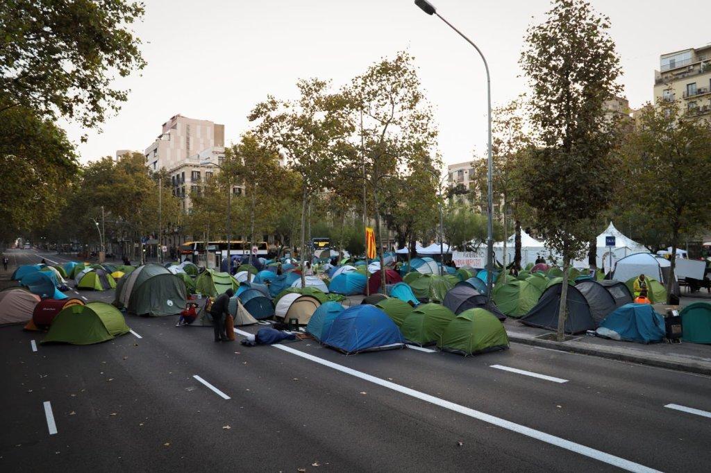POLÍTICA | La acampada en el centro de Barcelona se rompe entre acusaciones de robo y fraude por la desaparición de urnas de 30.000 euros. Por @belegil14   https://www.timejust.es/actualidad/la-acampada-en-el-centro-de-barcelona-se-rompe-entre-acusaciones-de-robo-y-fraude-por-la-desaparicion-de-urnas-de-30-000-euros/  …