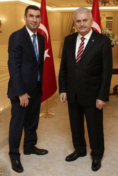 Hain terör örgütü PKK tarafından alçak bir bombalı saldırıda görevi başında şehit edilmişti. Bugün şehadetinin üçüncü yıl dönümü. Şehit Kaymakamımız #MuhammetFatihSafitürk'ü rahmet ve minnetle anıyorum, ruhu şad olsun. 🇹🇷 https://t.co/nsmJUqQnyt