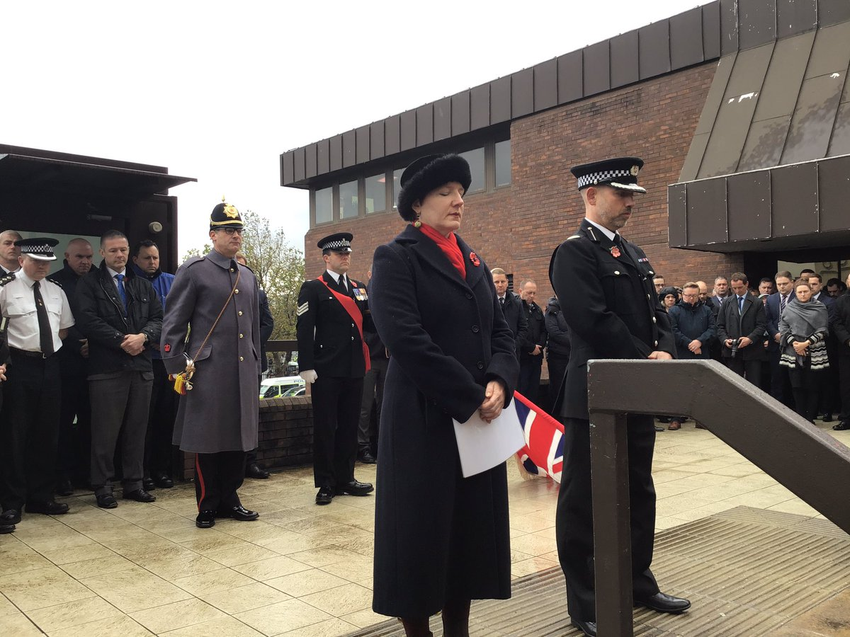 .@iancritchley2 and Force Chaplain Claire Henderson led staff and officers in the traditional 11am #TwoMinuteSilence for #ArmisticeDay at Merseyside Police HQ.