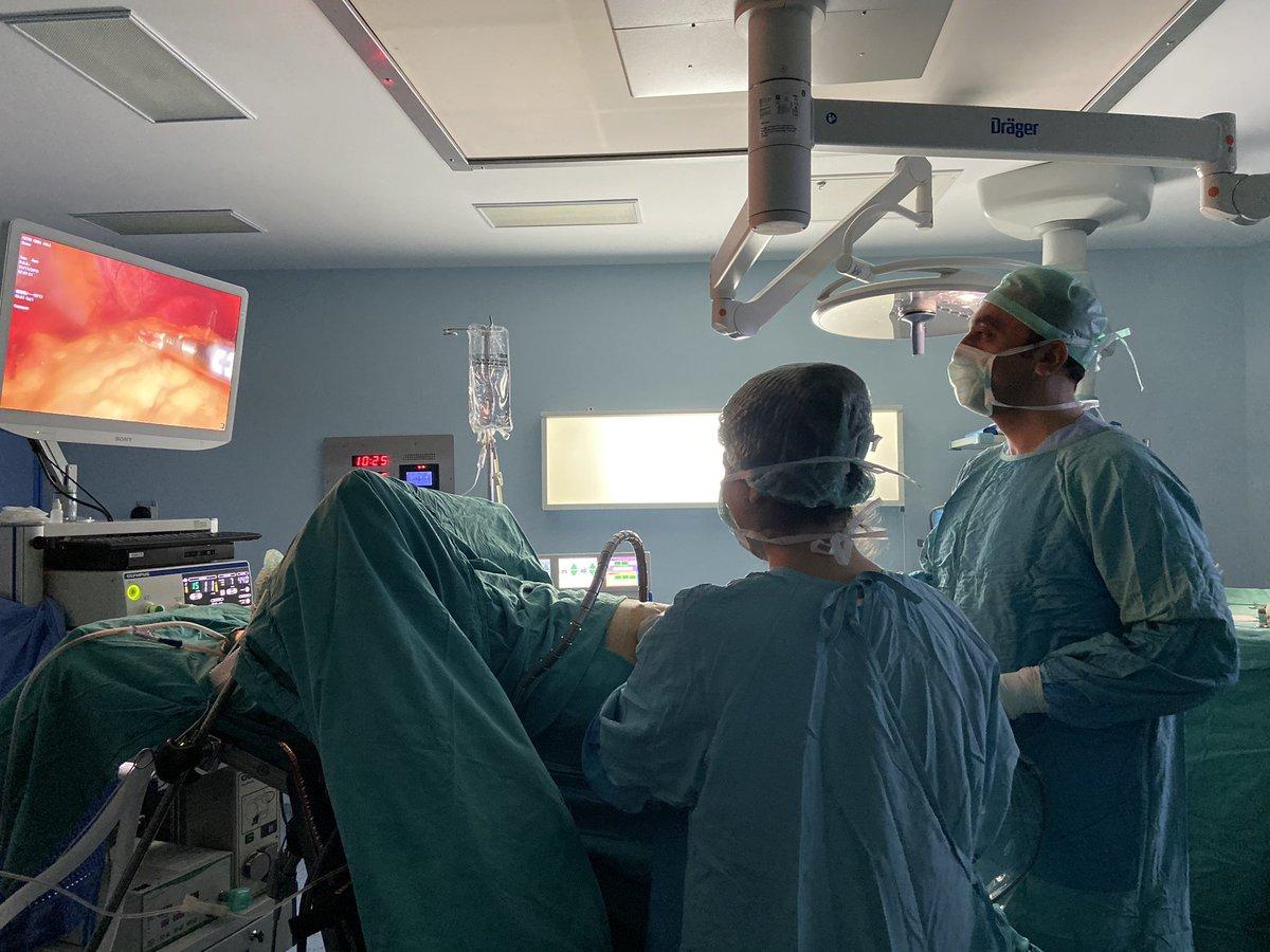 Haftaya; vücut kitle indeksi 40 kg/m2'nin üzerinde morbid obezitesi olan hastamıza uyguladığımız eş Laparoskopik Sleeve Gastrektomi (laparoskopik tüp mide) ameliyatı ile başladık. 🔶