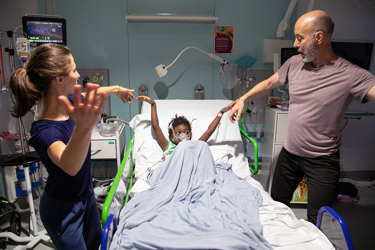 This summer, #SecondHandDance worked with @GOSH_Arts as part of the @weareunltd Research and Development Awards, exploring how they could bring their show, Touch, into a clinical environment. The workshops created relaxed spaces across the hospital. 👐 🙌🕺🩰