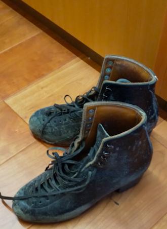 例えばスケート靴。お兄様から、お父様のためにエッジの話を書いて欲しいと言われました。書く時には、お兄様の「お父様のために」という思いに、特に気合が入りました。この靴、お父様が展示のために磨いてくださいましたよ✨ #高橋大輔  #髙橋大輔 #おかやまハンドメイドフェスタ #衣装展 #復興支援
