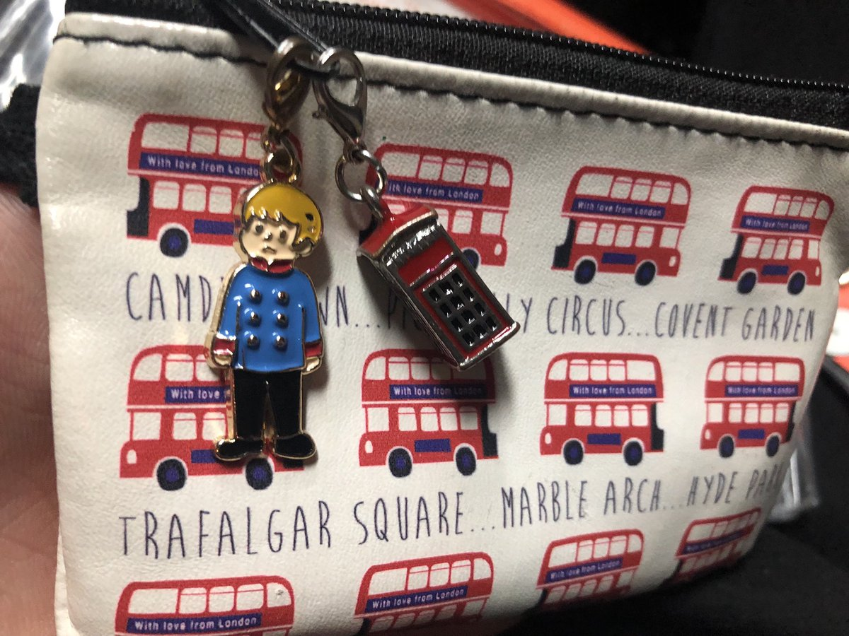 小銭入れはロンドンの駅の物販で買ったやつ🇬🇧パディントン駅で見つけたかわいい電話ボックスのチャームとエリザベートのルドルフくん一緒につけてる!