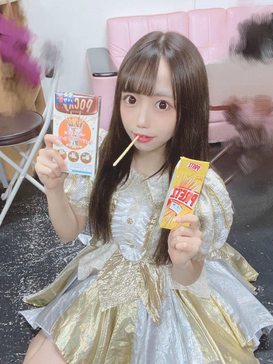 #ポッキープリッツの日 りんちゃんが楽屋に沢山用意してくれてて気づいたよ、、♡皆もプレゼントしてくれてありがとね✨この衣装もはじめて着れて嬉しかった〜似合ってますか?可愛い?♡
