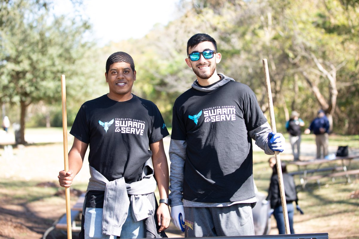 In honor of #VeteransDay, the Hornets team visited Freedom Park and Thompson Park to work on beautification projects and place flags at memorials. 🇺🇸#HoopsForTroops   #SwarmToServe X @nbacares