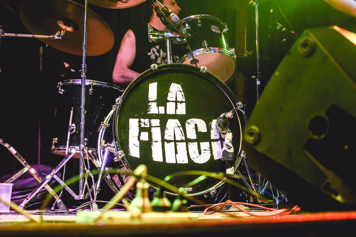 Les dejamos algunos de los momentos retratados 📸 el pasado viernes 25/10 en @mala_vida_club 🥁🔥 - Gracias a todos los que nos hicieron el aguante como siempre 🤘 Aguante ustedes y el rock 🎉  #lafiaca #fiaca #rock #fiesta #mala #vida #noche #santelmo #musica #amigos #toque