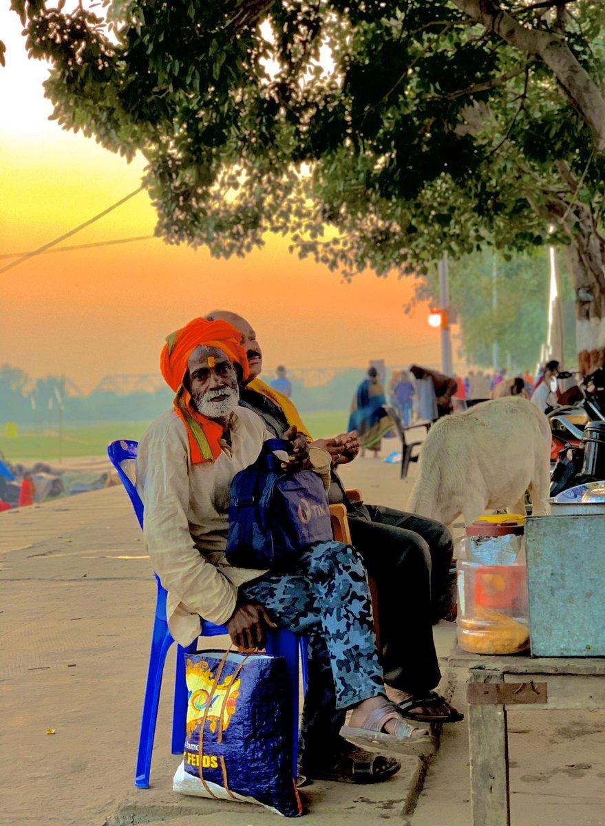 @AmitShah मैं सरयू हूँ मैंने अयोध्या को जिया है स्याह प्रतीक्षा भरी रात को भी देखा है तेरे आने पर जगमगाती उजली सुबह को भी जी रही हूँ #AyodhaVerdict सुबह ए सरयू तट अयोध्या 🚩 #kartikpurnima