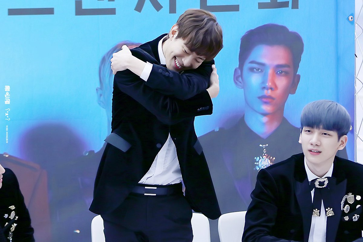 Just saw these pictures of VIXX s Hongbin (2016-11-11 COEX fansign, Leo wasnt present) I dont know what exactly he was doing, but Ravis look... It was as if he was thinking: Hongbin, are you going to be all right after doing this?😋