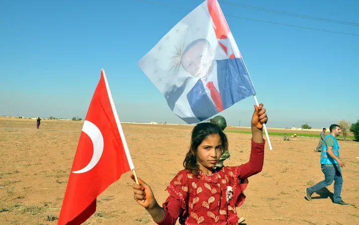 Tel Abyadda çocukların Erdoğan sevgisi Çocuklar Cumhurbaşkanı Recep Tayyip Erdoğanın posterlerinden almak için birbirleriyle yarışıyor >>>  https://www.internethaber.com/tel-abyadda-cocuklarin-erdogan-sevgisi-foto-galerisi-2062766.htm  … #BarısPınarıHareketi  #CumhurbaskanıErdoğan  #TelAbyad