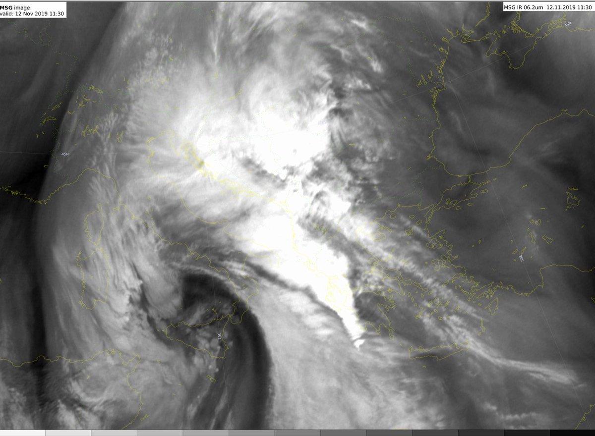 Εχουν αρχίσει να δυναμώνουn οι βροχές, προς το παρόν από κατά κανόνα στρωματόμορφες νεφώσεις με μικρούς πυρήνες στα Βορειοδυτικά. Τάση έντασης φαινομένων τις επόμενες ώρες στα δυτικά κυρίως τμήματα