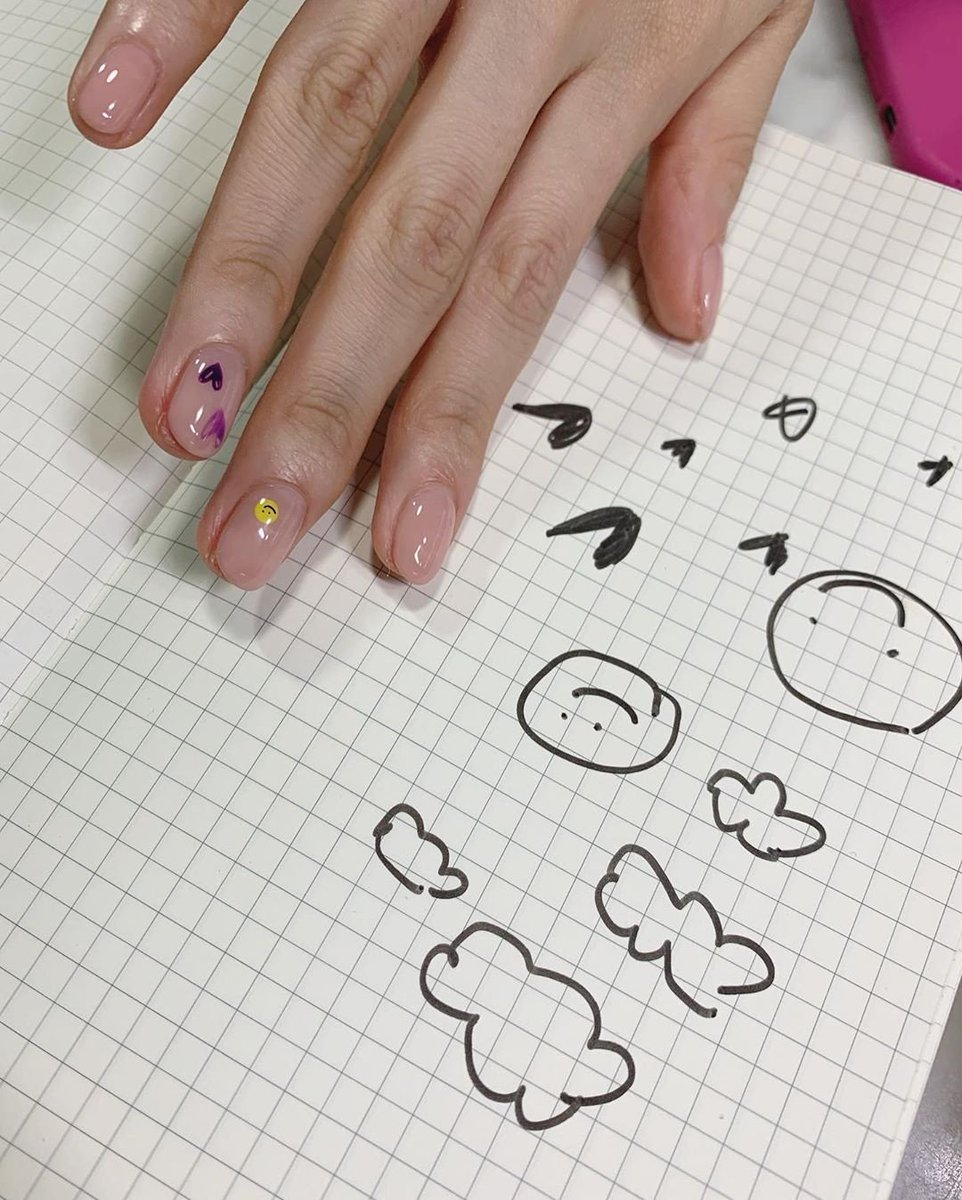 Nayeon asked the nail artist to just doodle on her nails 😂 she mentioned that she cant draw it the same again so Nayeon has the special #doodlenail #MAMAVOTE #twice