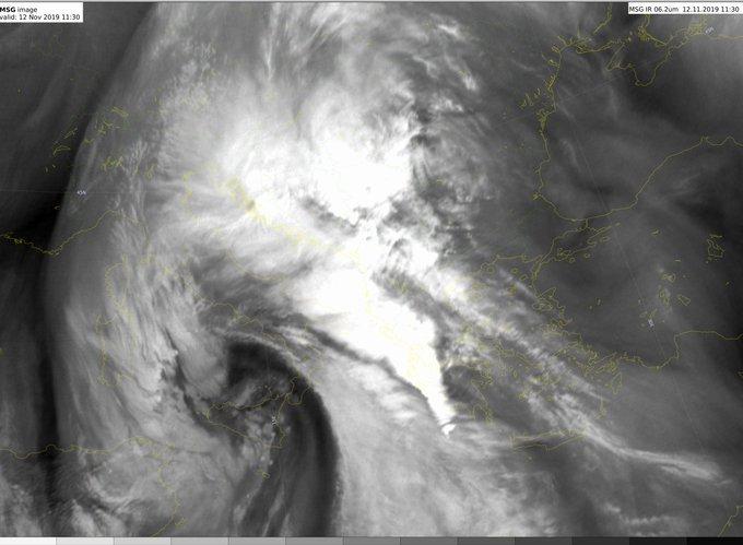 Εχουν αρχίσει να δυναμώνουν οι βροχές, προς το παρόν από κατά κανόνα στρωματόμορφες νεφώσεις, με μικρούς πυρήνες στα Βορειοδυτικά. Τάση έντασης φαινομένων τις επόμενες ώρες στα δυτικά κυρίως τμήματα