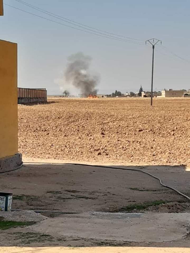 Terör örgütü YPG/PKK #TelAbyad ın batısındaki Sona el-Munif köyünü fosfor içeren roketler ile vurdu.