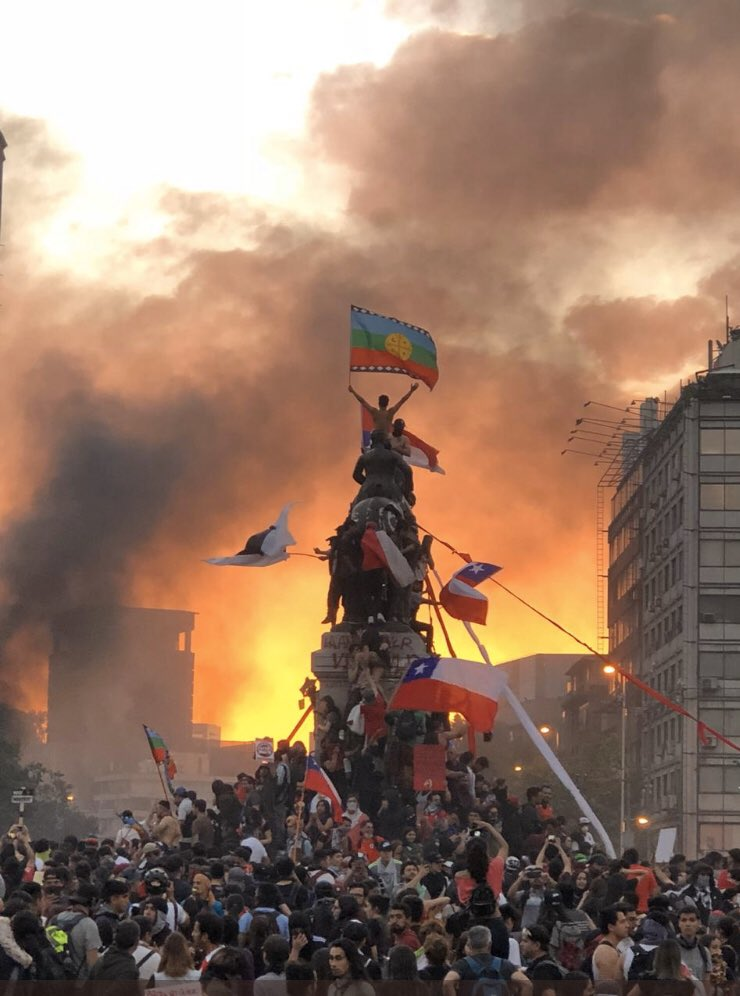 For those who think the protests in Chile and Bolivia are somehow similar, here are two photos.   One showing Chilean protesters raising the Indigenous Mapuche flag.   Another showing Bolivian protesters burning the Indigenous Whipala flag. <br>http://pic.twitter.com/iT2wat3ZIe