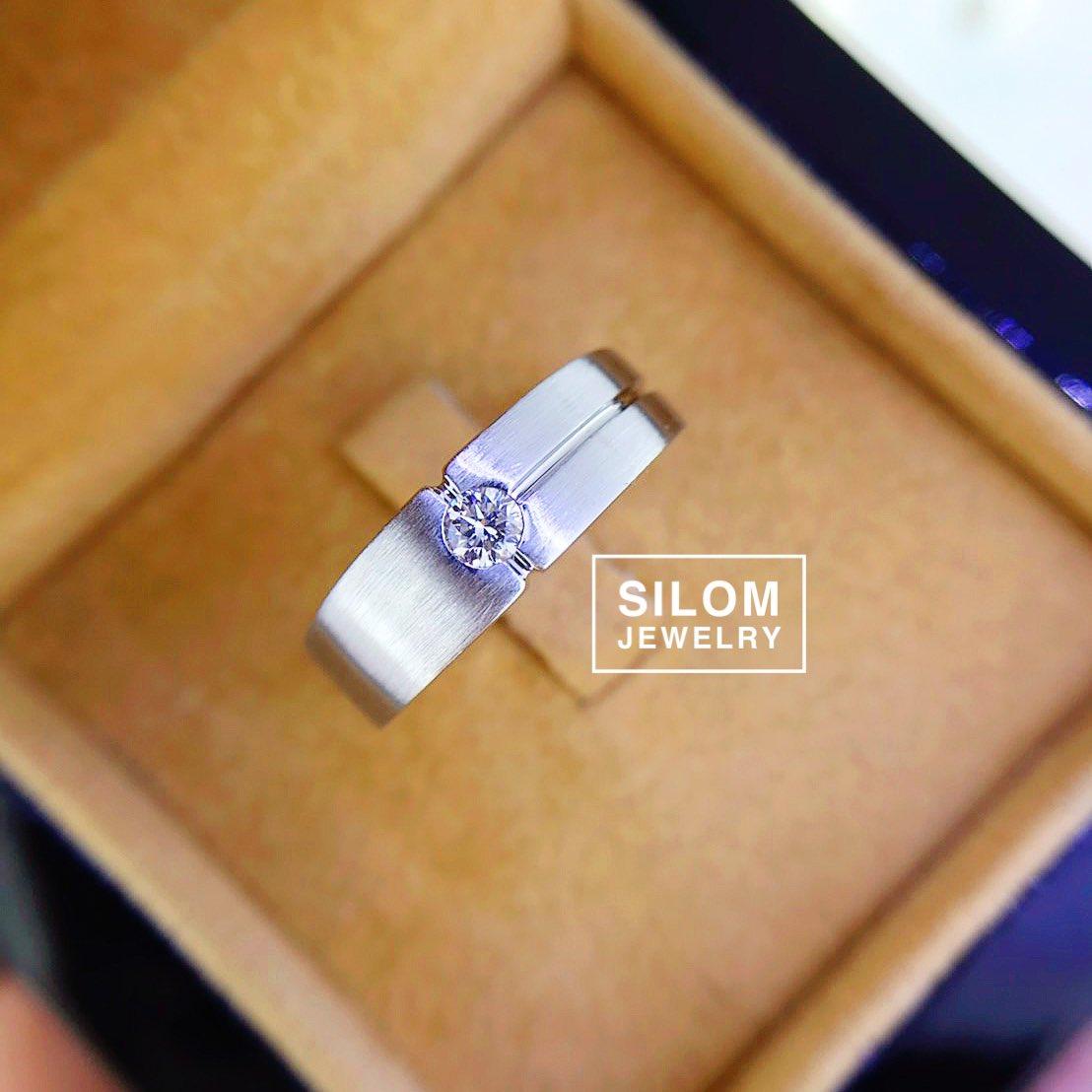 แหวนเพชรผู้ชาย ฝังเพชร 1 เม็ด  เหมาะกับผู้มองหาแหวนติดนิ้ว ใส่ติดนิ้วสบายได้ทุกวัน เรียบๆสวยๆเท่ห์ๆไม่มีเบื่อ ▫️▫️▫️▫️▫️▫️ #แหวนชาย #แหวนเพชรชาย #แหวนเพชร #เพชร #แหวนหมั้น #แหวนแต่งงาน #แหวนปอกมีด #diamond #ring  #weddingring #whitegold  #silomjewelry