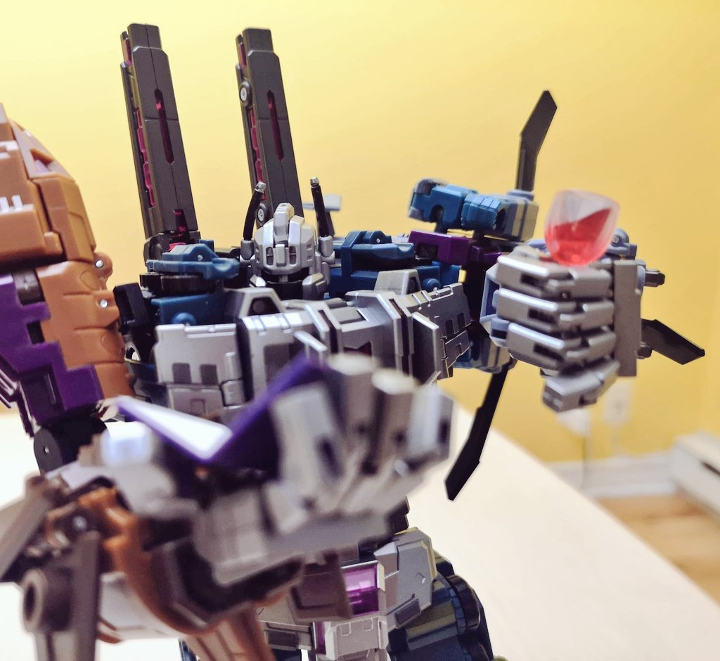 Playing around with some accessories from my Revoltech collection...  Why Bruticus? Cause he's got opposable thumbs 👍