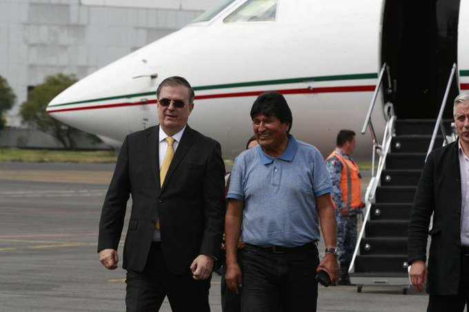 Chancellor Marcelo Ebrard received Evo Morales on his arrival in Mexico.