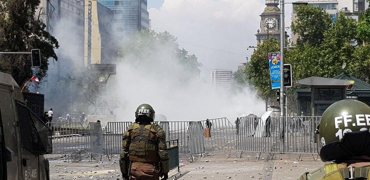 """MegafonoPopular® on Twitter: """"AHORA Carabineros se enfrenta con  manifestantes en Alameda altura Paseo Ahumada.… """""""