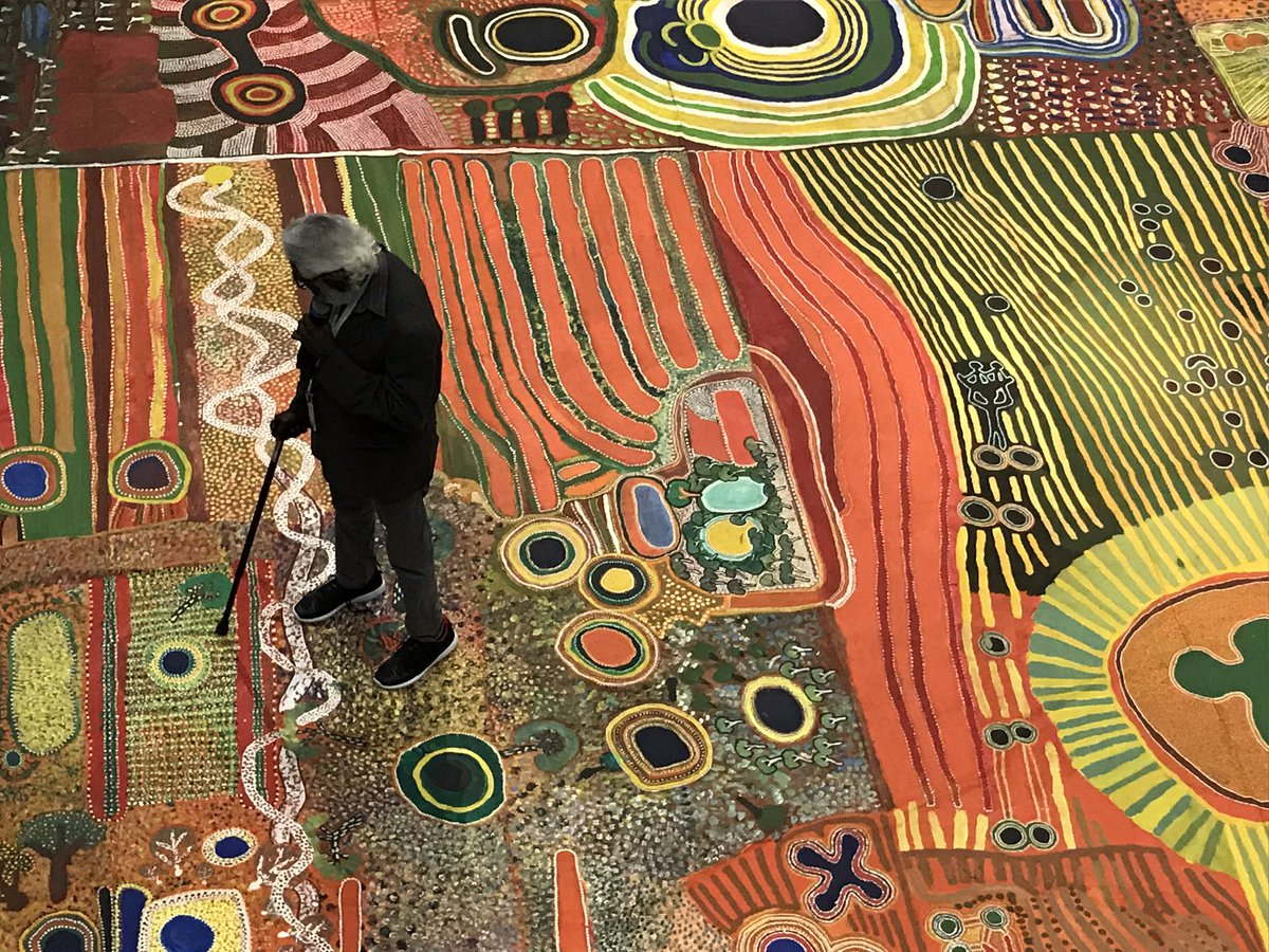 Have you ever seen something more beautiful? Indigenous elders sharing stories about their desert land in WA using this spectacular canvas - in Sharjah 🇦🇺🇦🇪@dfat @NouraAlKaabi @AusCG_Expo2020 @sharjahmedia @sharjahmuseums @sharjahart