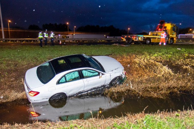 Auto bijna te water bij A20 https://t.co/cODCLdVOzW https://t.co/bCUK7Oewpc