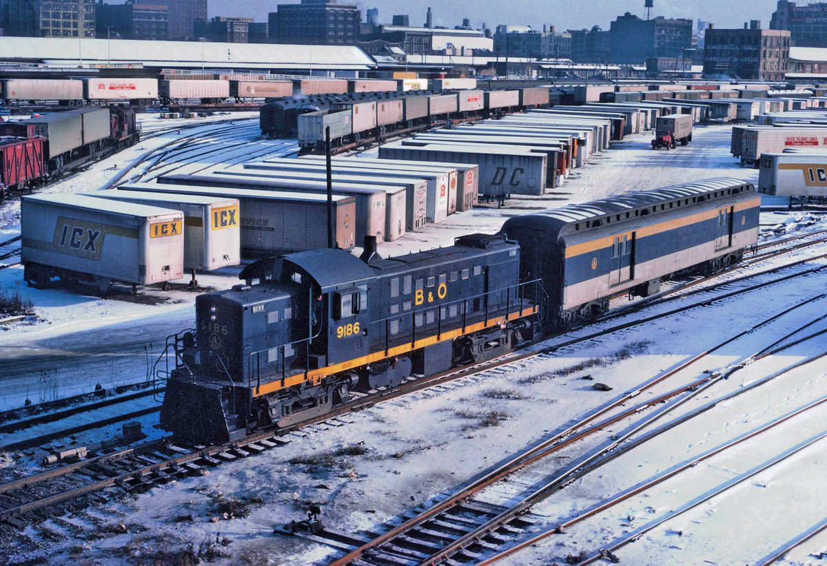 Taken from Chicago's Roosevelt Road Bridge, Baltimore & Ohio RS1 #9186 totes a single baggage car along Grand Central Station's lead tracks on December 26, 1967. Roger Puta photo. pic.twitter.com/5srfqBlJmZ