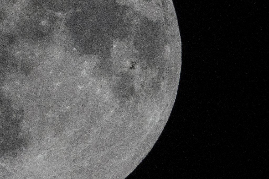 The International Space Station passes across the moon🌕, as captured from eastern #China's Jiangsu Province on Monday night