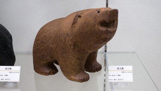 おみやげとして有名な木彫り熊の発祥の地である北海道の八雲町。資料館で、こういうタイプもありか、という木彫り熊がたくさん見られます。