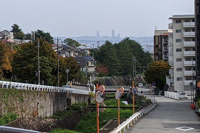 兵庫県宝塚市にある県立高校が全部山の上にあるので、全部登ってみました。2枚目の写真の赤矢印は通っていた高校への近道を表しているのですが、これ今にして思うと崖だな。地元の県立高校が山の上なので全部登る :: デイリーポータルZ