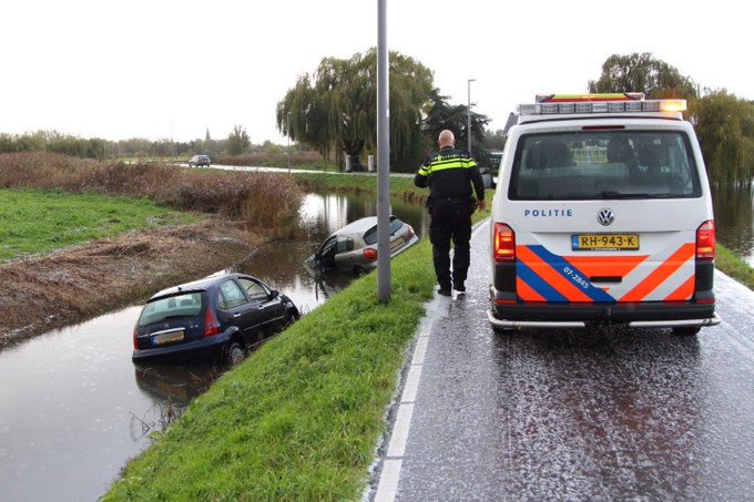 Twee auto's te water aan de Kandelaarweg https://t.co/F1O95PpiTB https://t.co/r57QuBp6fS