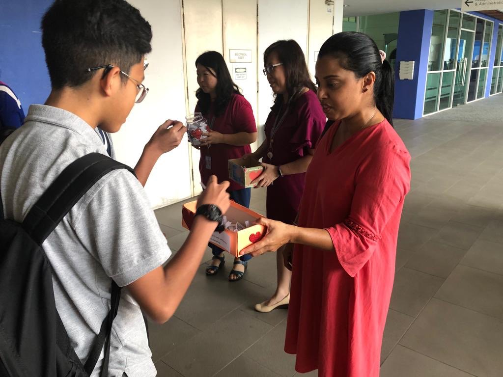 Our wonderful @IGBintschool parents handing out #rak random acts of kindness as everyone enters school to celebrate #WorldKindnessDay2019 #igbimpacts https://t.co/rVudhUdrFh