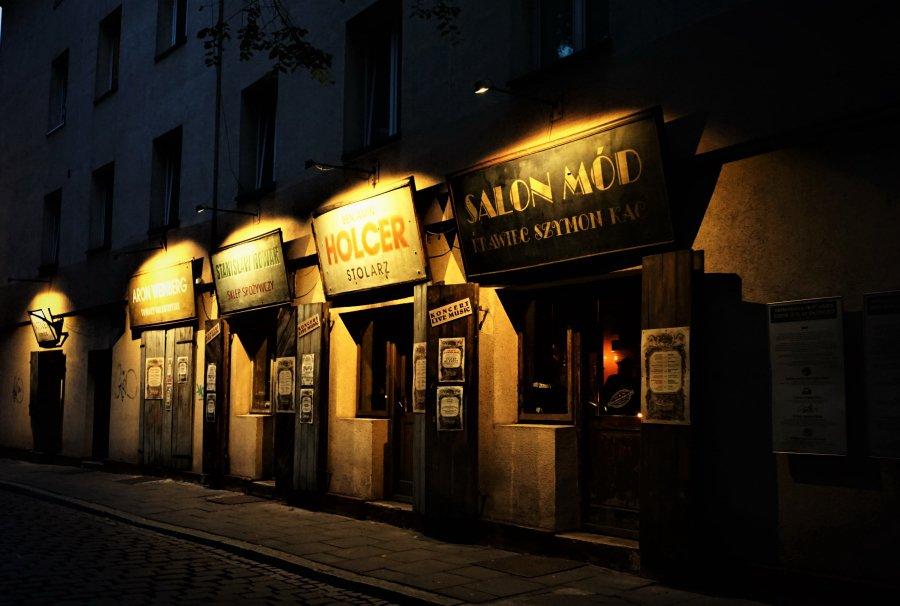 旅先で出会ったカフェやレストランが華麗だったり奇想に満ちていたりすると注文も忘れて夢中になって写真を撮ってしまう。クラクフのレストランの一つは古いユダヤ人の商店を改装したもので内部はアンティークショップ宛ら。羊の料理も美味。ホラーバーの暗い入り口。アブサントリーの危険な緑の香り。