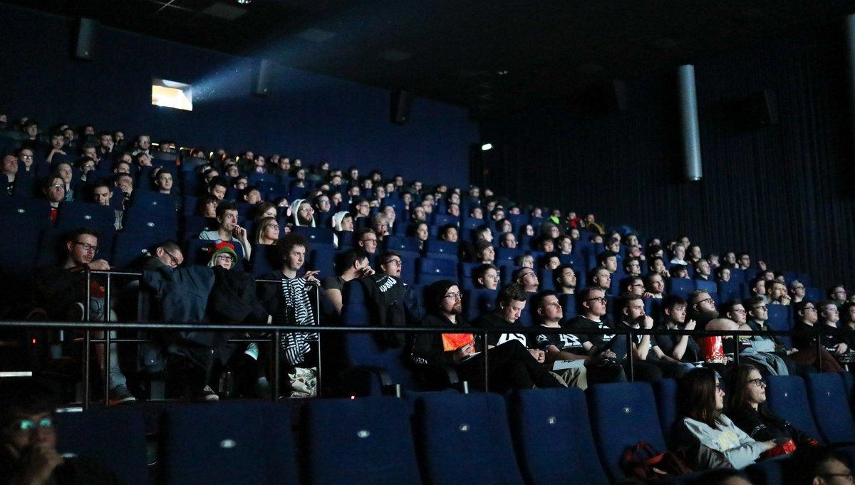 Über 250 Zuschauer beim Public Viewing zum Finale der #Worlds2019! Danke an alle Helfer, @eventshoch2 und #UFAKristallpalast! Wir freuen uns jetzt schon auf 2020. Dann hoffentlich mit besserem Ausgang - AUF GEHTS EU!  Stimmen/Berichthttps://bit.ly/372TgcD  #404MG | #LoLpic.twitter.com/utW9DWkskb