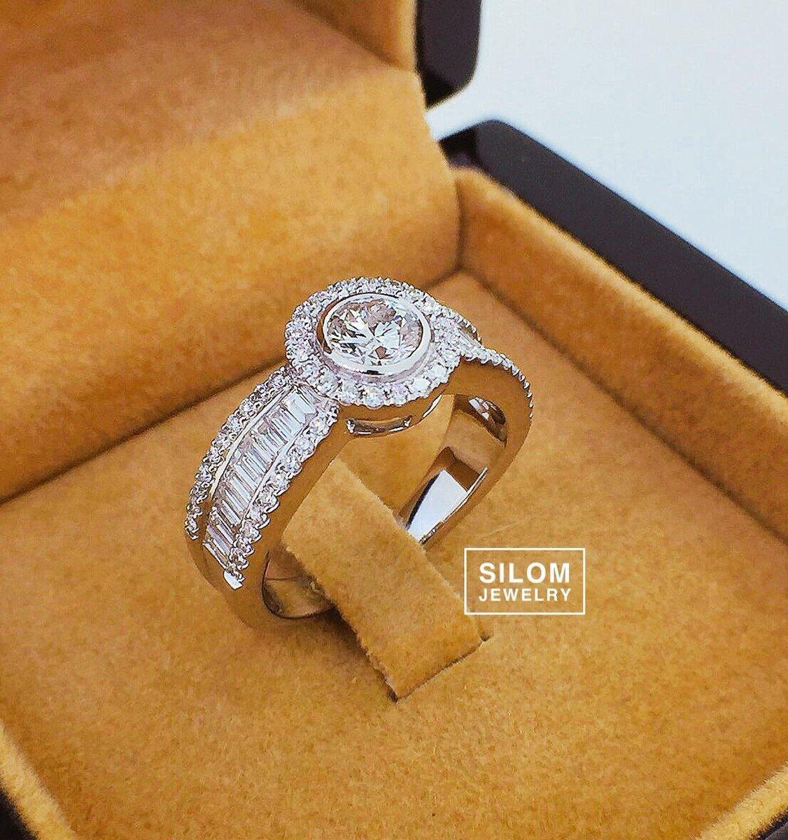 แหวนหมั้น แหวนแต่งงาน หรูหราเน้นเพชรเยอะมีสไตล์ ผสมผสานเพชร 2 shape รวมกัน เพชรสวยมาก เน้นขาวใส . #silomjewelry #diamond #gold #jewelry #ring #แหวนเพชร #แหวนหมั้น #แหวนแต่งงาน #แหวนเพชรแท้ #เพชรสวย #เพชรขาว