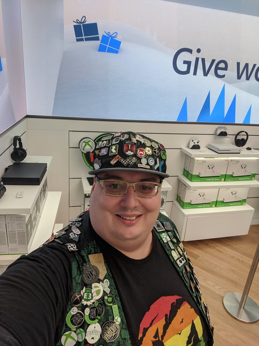 #MicrosoftLDN store, quite crowded!Checking out everything ahead of #X019 💚