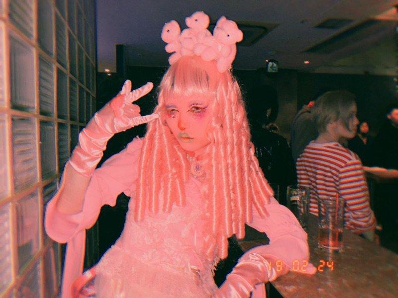 私はわかりやすく突飛な行動に出られるタイプじゃないから街中で叫べたり他人に突然絡んで仲良くなったりするタイプの人それはそれで憧れる、神様っぽくて、つってたら顔面をピンクに塗って商店街を歩くのに!?って言われた