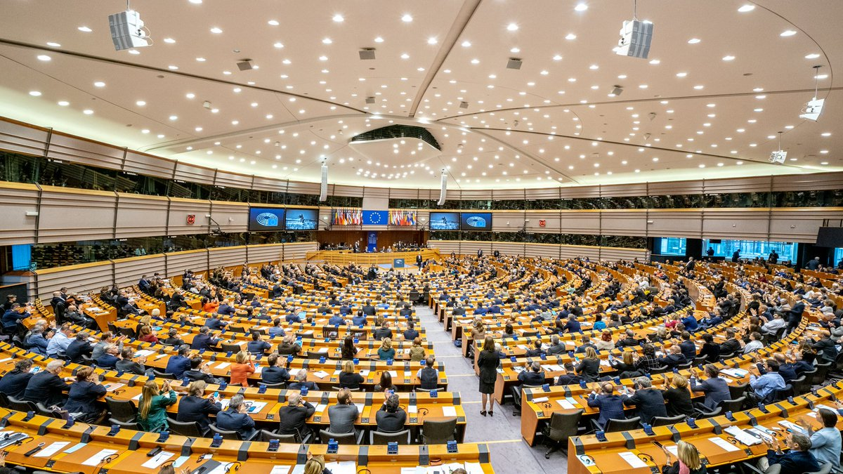 Very glad to see all @Europarl_EN come together today to commemorate the fall of the Berlin Wall. The full room shows that working together we can tackle the challenges facing our Europe. #BerlinWall30