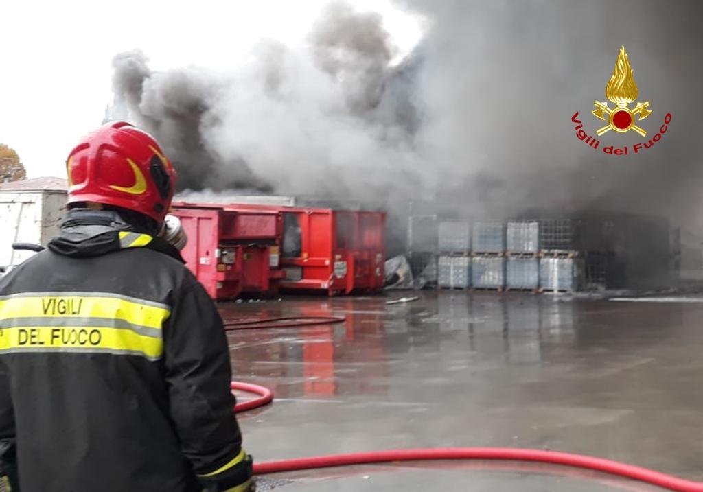 #Padova #incendio alla Rotgal paura per l'aria htt...