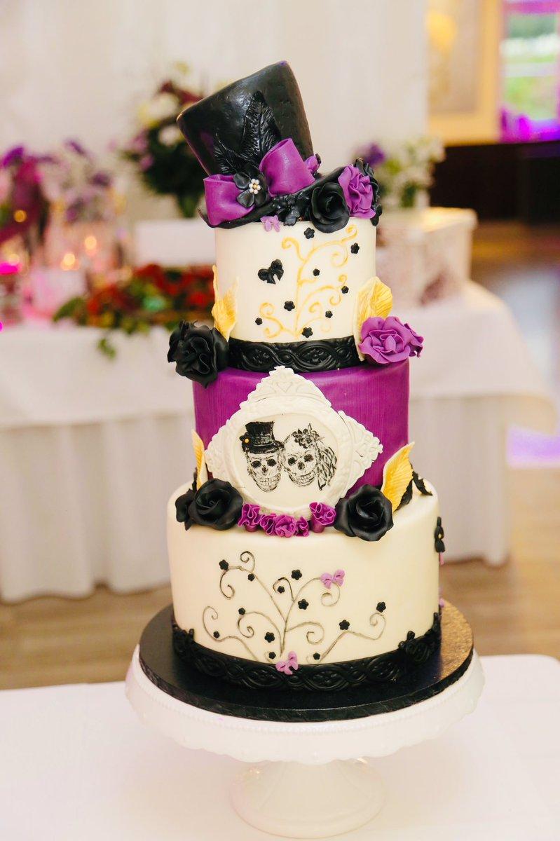#Cake 🍰 Awesome of the Day: Black & Purple #Gothic 💀 Pièce Montée #Weddingcake 💍 With Hat 🎩 & Roses 🌹 via @cupcake_berlin #SamaCake